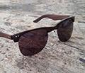 Brille mit geschnitzter Holzfassung